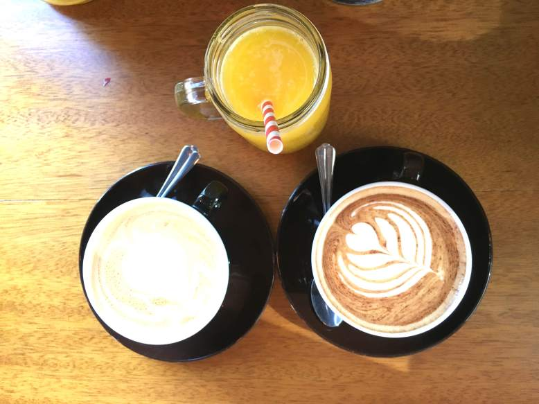Cafés y zumo de naranja natural para acompañar un café de diez. Foto: Dubai Secret Plan.